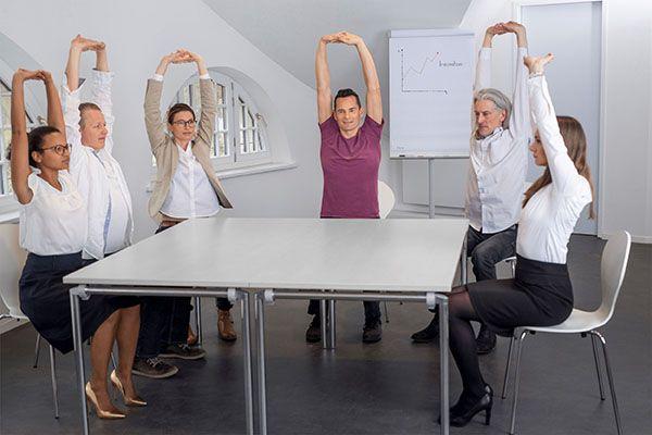Florian-Spater,-Yoga-einfach-im-Büro